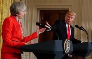 El presidente Donald Trump dialoga con la primer ministro británica Theresa May durante una conferencia de Prensa en la Sala Este de la Casa Blanca el viernes 27 de enero de 2017 en Washington. (AP Foto/Evan Vucci)